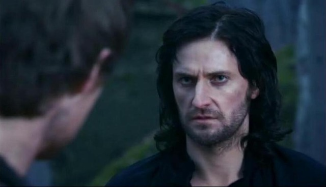 "Richard Armitage as Guy facing his ""brother"""